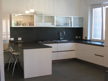pavimento top e schienale cucina in granito nero africa spazzolato